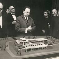 Gropius, Wingler u. a. mit dem Modell des Archivs für die Rosenhöhe, 1964