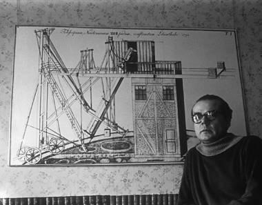Arno Schmidt vor einer Reproduktion eines Riesenteleskops, Foto: Wilhelm Michels