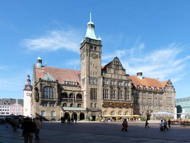 Chemnitz, Neues Rathaus (Quelle: Rolf 41, CC BY-SA 3.0<https://creativecommons.org/licenses/by-sa/3.0>, via Wikimedia Commons)